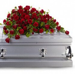 Acasa, trupul neinsufletit nu poate fi pregatit cu respect de inhumare aranjament funerar sicriu 80 trandafiri si garoafe rosii cqn47